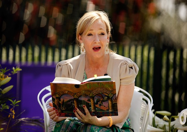 J.K. Rowling lê para crianças em evento armado por Michelle Obama na Casa Branca, em 2010 (Foto: Getty Images)