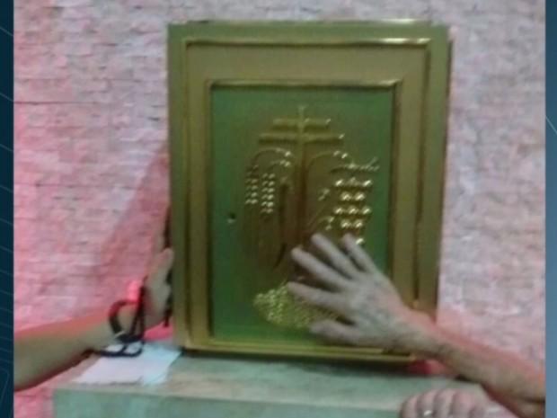 Sacrário avaliado em R$ 10 mil foi furtado de dentro de igreja em Goiânia Goiás (Foto: Reprodução/TV Anhanguera)