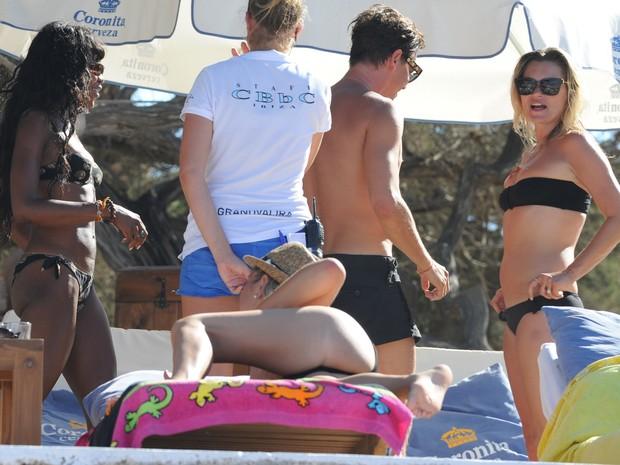 Naomi Campbell e Kate Moss na praia de Cala Bassa, em Ibiza (Foto: AKM-GSI Brasil/ Agência)