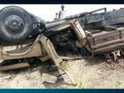 Caminhão capota, espalha lenha na pista e interdita estrada na PB
