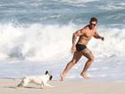 Ex-BBB Yuri aproveita o sol e se diverte com cachorro em praia do Rio