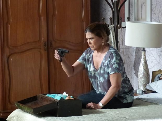 Jurema fica incrédula ao encontrar arma de Cora (Foto: Tatiana Machado/ Gshow)
