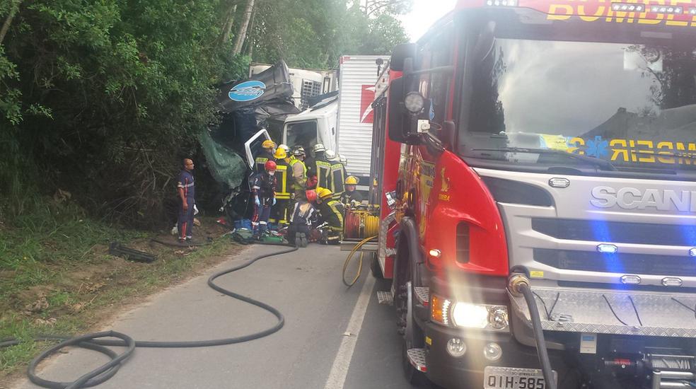 Acidente no Vale do Itajaí deixou um caminhoneiro morto (Foto: Corpo de Bombeiros/Divulgação)