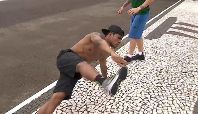 Douglas Costa malhando nas férias (Foto: Reprodução TV Globo)