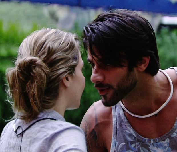 Ana Paula e Renan discutiram pela primeira vez depois que ela voltou para casa após o paredão falso (Foto: Globo/Divulgação)