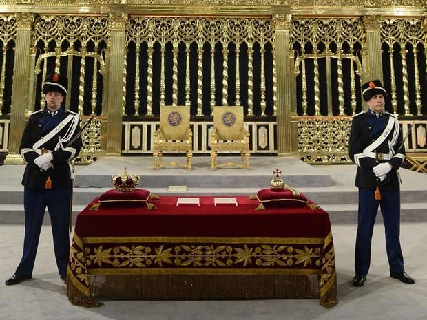 Guardas aguardam cerimônia religiosa na qual Beatrix passará a coroa ao filho Willem (Foto: Reuters)