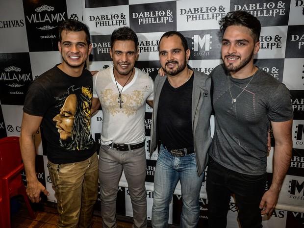 Zezé Di Camargo e Luciano com a dupla Dablio e Phillipe em show em Goiânia (Foto: Francisco Cepeda/ Ag. News)