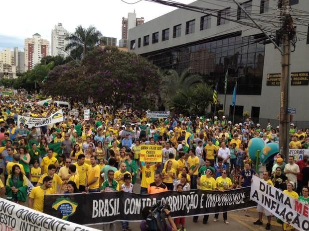 Manifestantes protestam em frente à sede da Polícia Federal em Goiânia, Goiás (Foto: Sílvio Túlio/G1)
