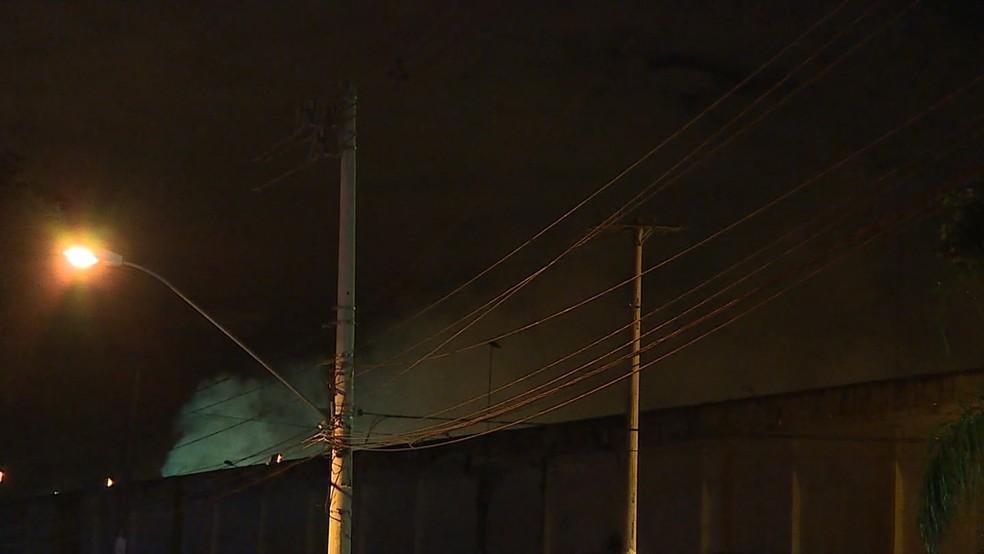 Fumaça no Presídio Antônio Dutra Ladeira durante motim de presos em Ribeirão das Neves, na Região Metropolitana  (Foto: Reprodução/ TV Globo)