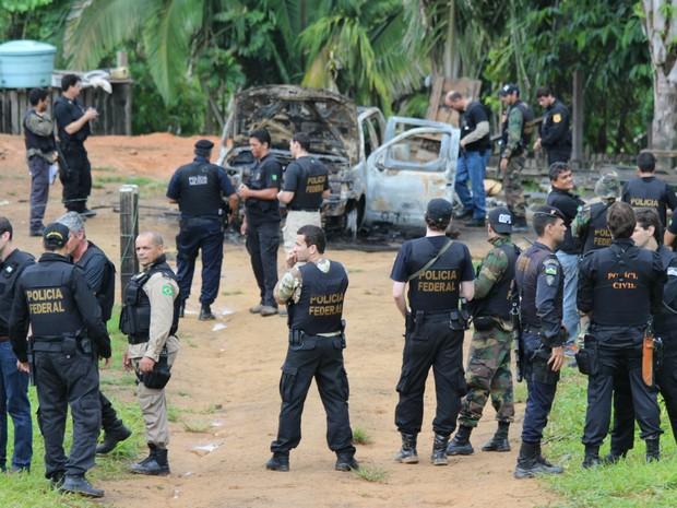 Policia faz pericia em veiculo queimado (Foto: Taísa Arruda/G1)