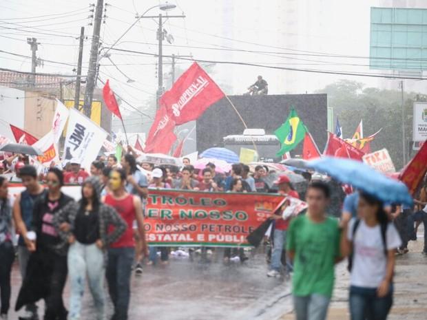 Chuva forte não impediu manifestantes de sairem pelas ruas de Maceió. (Foto: Jonathan Lins/G1)
