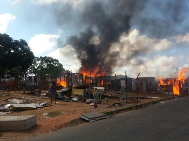 Polícia queima barracos da ocupação localizada na av. Mor Gouveia (Foto: Marksuel Figueredo / Inter TV Cabugi)
