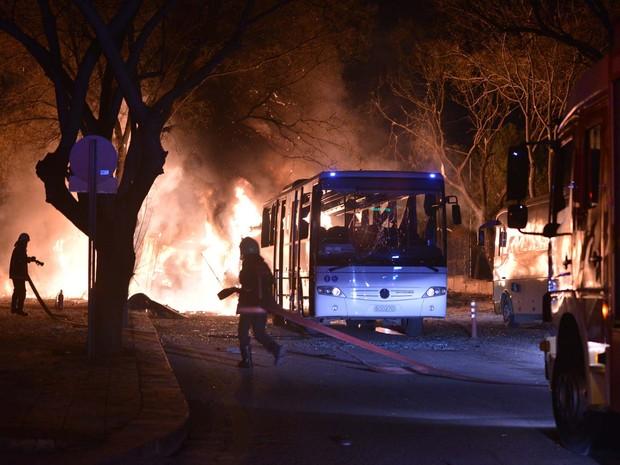 bombeiros tentam controlar fogo causado por forte explosão nesta quarta-feira (17) no centro de Ancara (Foto: IHA via AP)