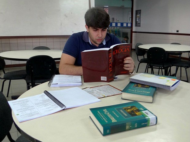 Arlindo Neto largou os livros de Direito para se dedicar à Medicina (Foto: Lucas Leite/G1)