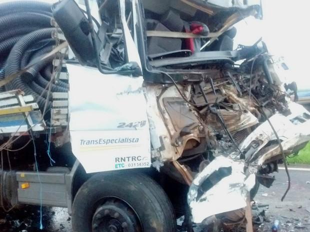 Caminhoneiro morreu após colidir veículo com caminhão canavieiro na Rodovia Atílio Balbo (SP-322) (Foto: Reprodução/EPTV)