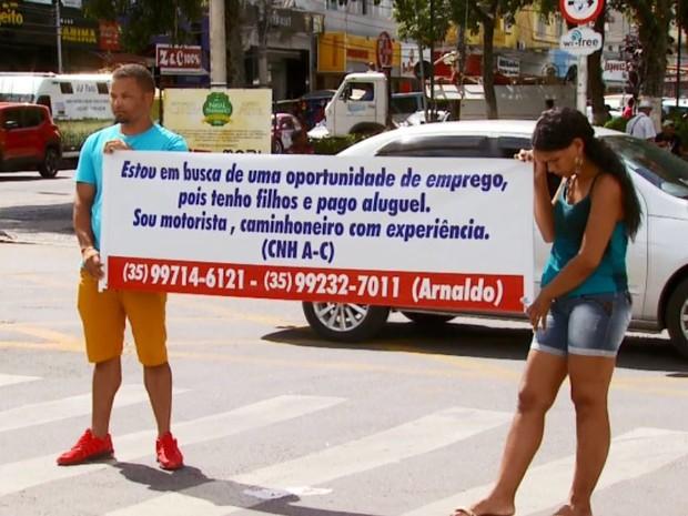 Homem usa faixa para buscar por emprego em Pouso Alegre (Foto: Reprodução EPTV)