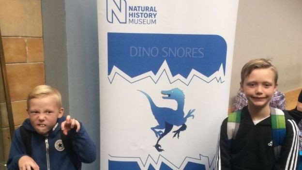 Ronnie e Charlie, à direita, na chegada para uma noite no museu  (Foto: Arquivo pessoal/BBC)