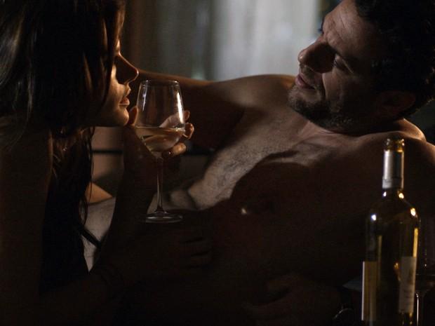 O poderoso empresário Alex namora a modelo Samia (Foto: TV Globo)