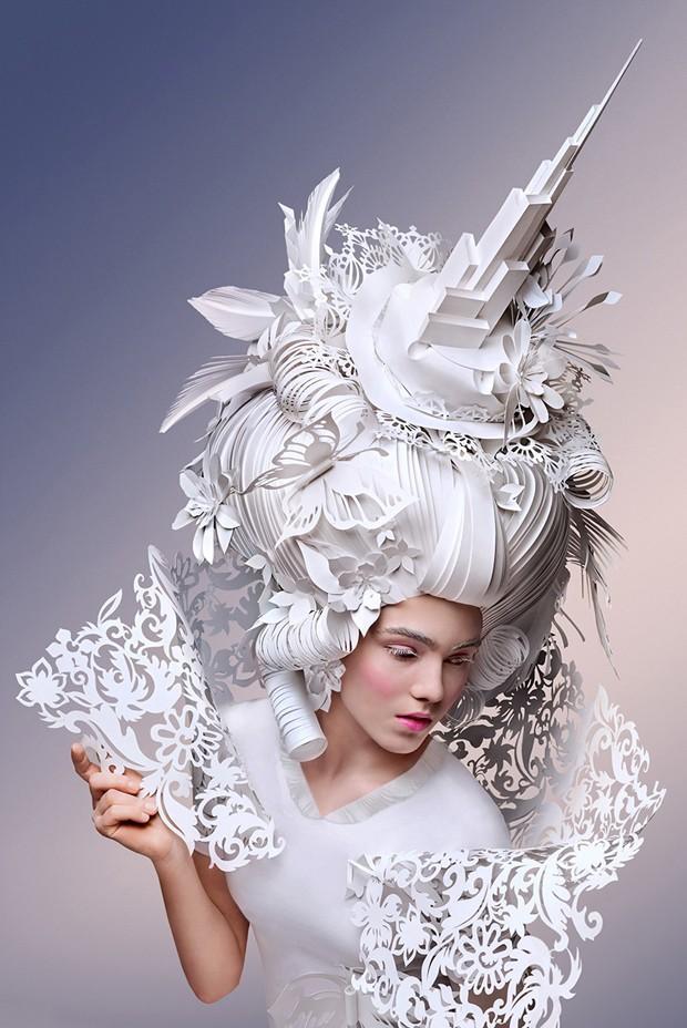 Artista Asya Kozina moderniza perucas barrocas com papel  (Foto: Divulgação)