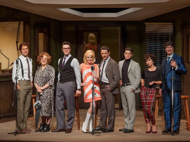 Os atores revivem a experiência de uma radionovela nos palcos (Foto: Priscila Prade)