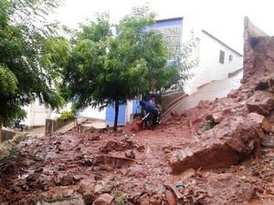 Muro de encosta desabou após chuva em Picos (Foto: Hítalo Rodrigues/TV Clube)