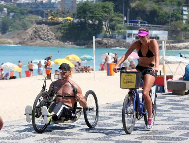 Fernando Fernandes e namorada (Foto: Agnews)