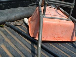 Machado e carriola utilizados no crime (Foto: Eliete Marques/G1)