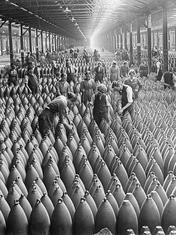 Primeira Guerra Mundial: Trabalhadores em uma fábrica de bombas na Inglaterra (Foto: Flickr/IWM Collections)