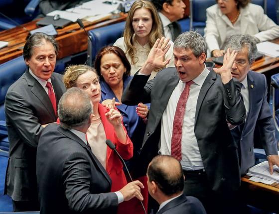 Senador Renan Calheiros empurra o senador Lindbergh Farias ao falar no plenário do Senado após bate-boca entre o senadores Lindbergh e Caiado (Foto:  )