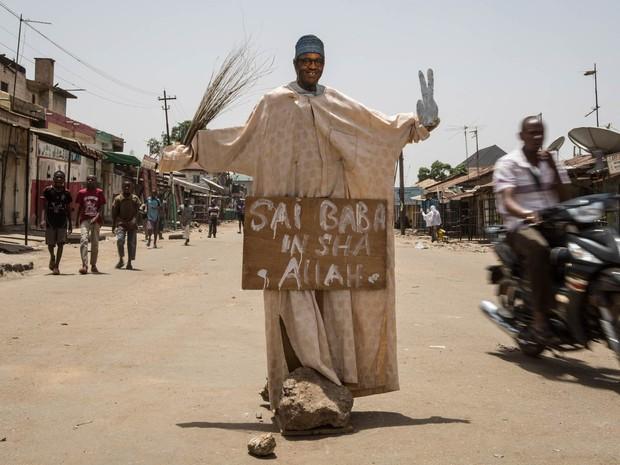 Boneco do antigo líder militar e candidato à presidência Muhammadu Buhari, vestido com roupas de verdade, é visto em uma intersecção em vias de Kaduna, na Nigéria (Foto: Nichole Sobecki/AFP)
