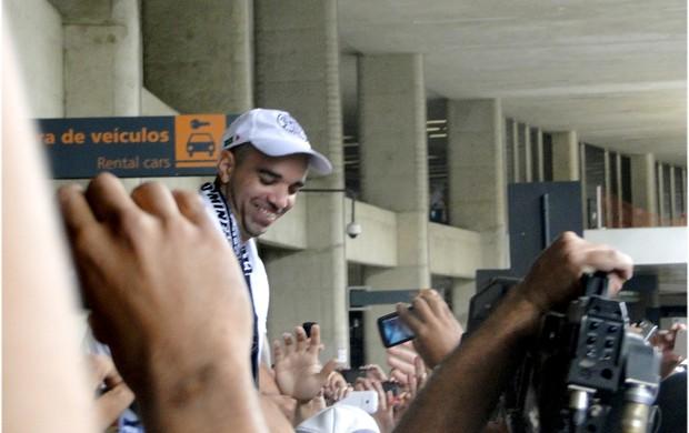 Diego Tardelli chega nos braços da torcida do Galo (Foto: Maurício Paulucci / Globoesporte.com)