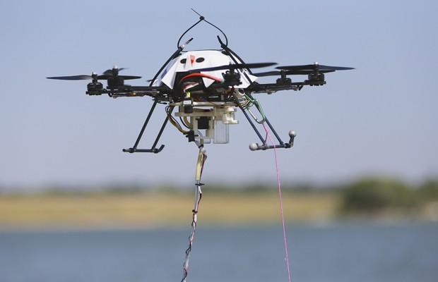 Drone durante coleta de amostra de água realizada por cientistas (Foto: Nati Harnik/AP)