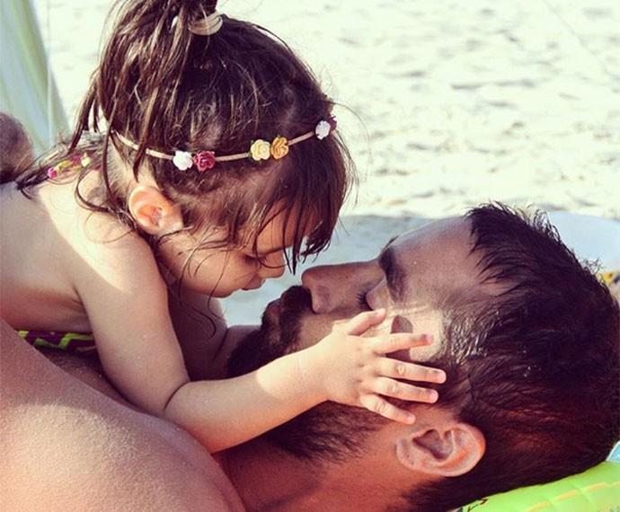 O ator em momento delícia com a filha de um ano Francisca (Foto: Arquivo Pessoal)