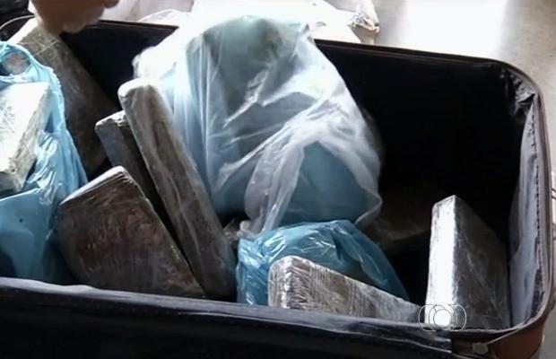 Tabletes de maconha estavam escondidos em mala, em Anápolis, Goiás (Foto: Reprodução/ TV Anhanguera)