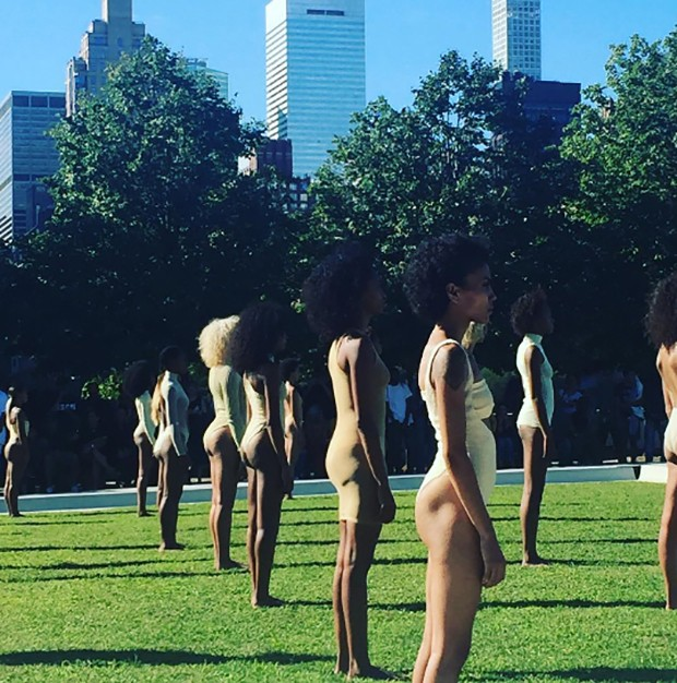 Lined up on the grass: Vanessa Beecroft's season 4 performance for Kanye West and Addidas Yeezy. (Foto: @SuzyMenkesVogue)