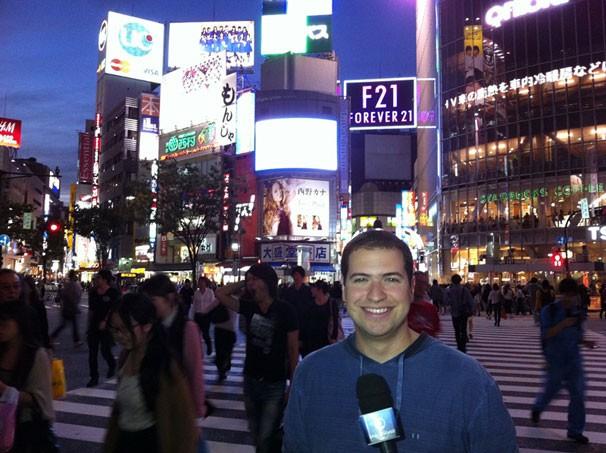 Paulo Mario Martins em um movimentado cruzamento de ruas no bairro de Shibuya, em Tóquio (Foto: Divulgação)