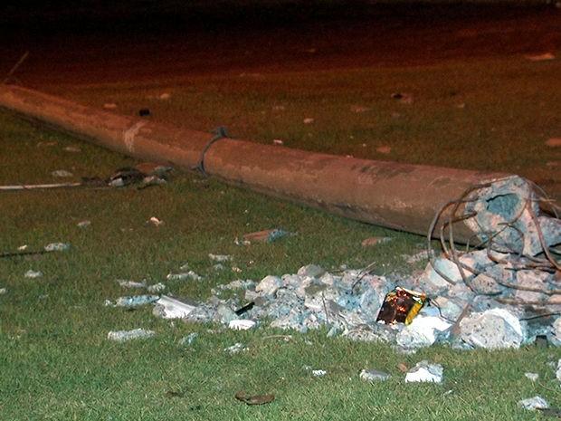 Assaltantes ainda derrubaram um poste na Avenida Fernando Corrêa, em Cuiabá (Foto: Reprodução/TVCA)