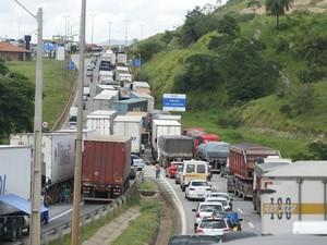Protesto de caminhoneiros fecha parte da rodovia Fernão Dias (Foto: Moisés Silva/O Tempo/Estadão Conteúdo)