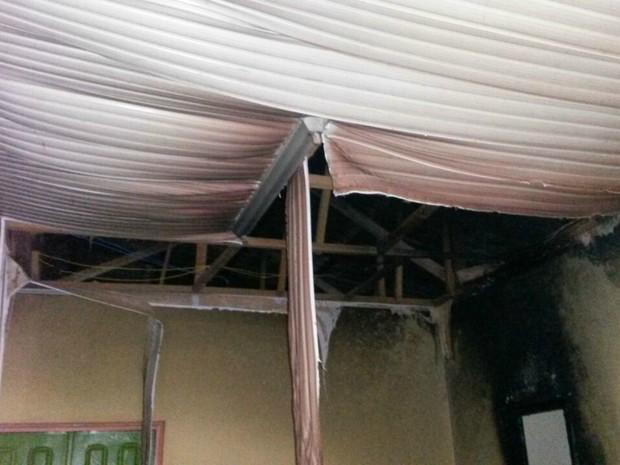 Fogo destriu parte do forro da sede do Creas em Brasileia  (Foto: Divulgação/Corpo de Bombeiros)