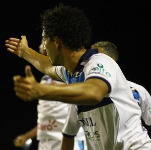 Gueguel comemora gol do São Bento contra a Inter de Limeira (Foto: Gilson Hanashiro / Jornal Bom Dia)