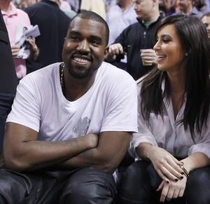 Kanye West e Kim Kardashian com amigos em jogo de basquete (Foto: Andrew Innerarity/ Reuters/ Agência)