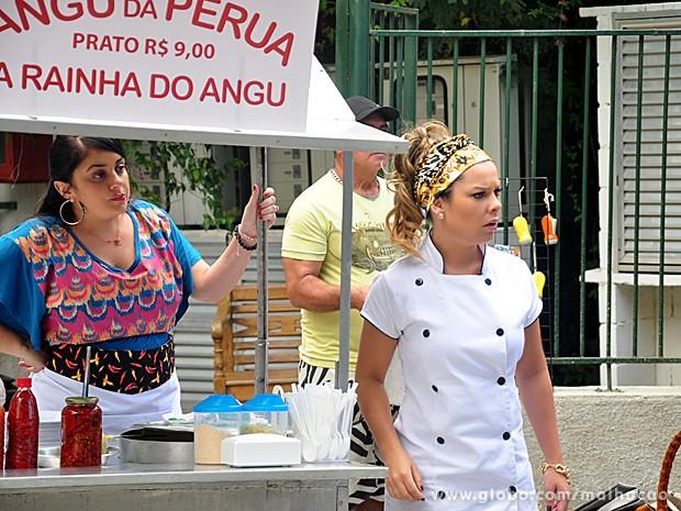 Bernardete e Soraia ficam surpresas ao ver Caetano montado no jegue (Foto: Malhação / TV Globo)