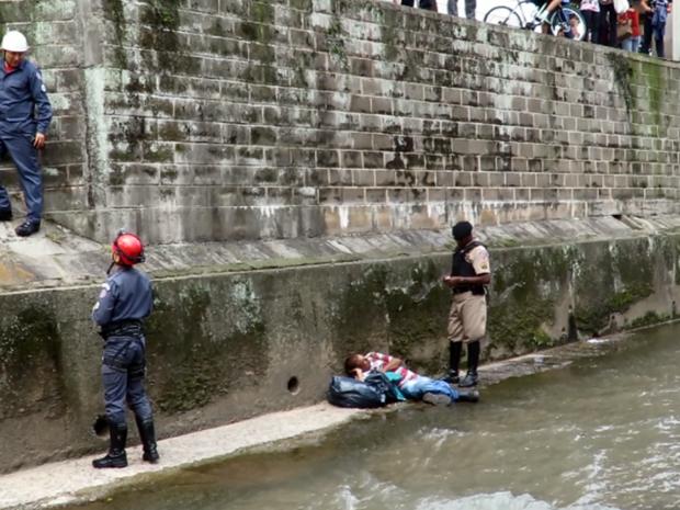 Deficiente visual cai em ribeirão e é resgatado pelos bombeiros em Poços de Caldas (Foto: Corpo de Bombeiros)