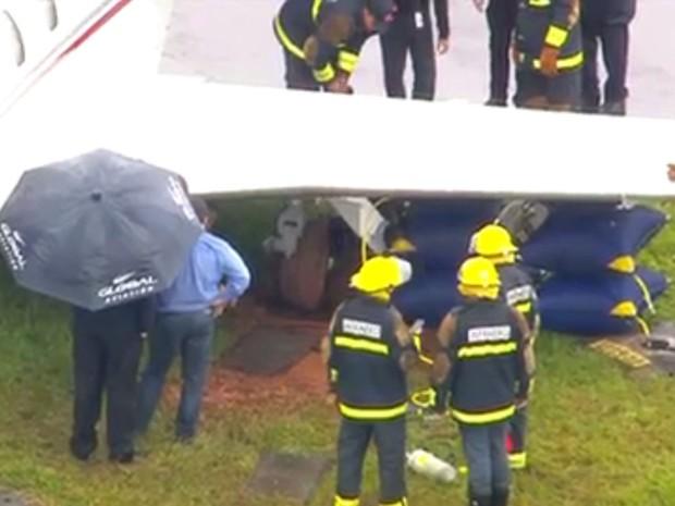 [Brasil] Avião invade gramado e atola no Aeroporto de Congonhas, em SP Aviao2