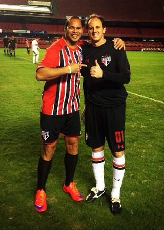 Aloísio Chulapa tira foto com o patrão Rogério Ceni em evento no Morumbi (Foto: Reprodução/Instagram)