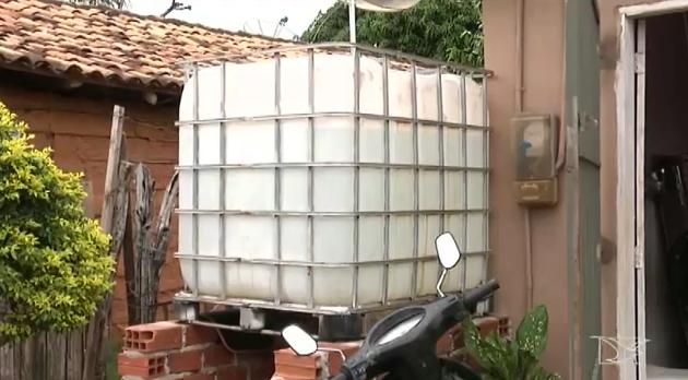 Moradores estão recorrendo à instalação de reservatórios e à compra de água  (Foto: Reprodução/TV Mirante)