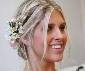 Penteados com flores deixam o look de verão mais charmoso. Aprenda a fazer