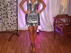 Ex-BBB Adriana posa com vestido curto e decotado