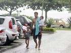 Thiago Lacerda leva os filhos a praia no Rio