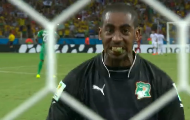 Barry comemora gol com a grama nos dentes (Foto: Reprodução SporTV)